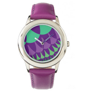 ブドウは子供のステンレス鋼の腕時計をはかりで測ました 腕時計