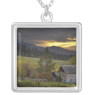 ブドウ園および歴史的な丸太小屋上の日没の空 シルバープレートネックレス