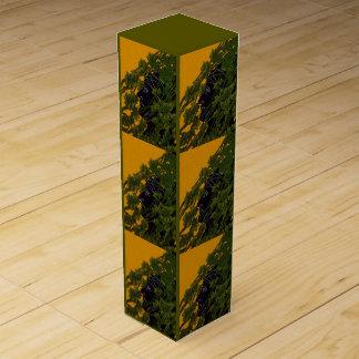 ブドウ園のつる植物に隠れているヴィンテージのギフトのワイン箱の人 ワインギフトボックス