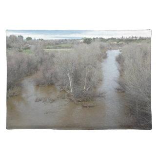 ブドウ園橋、Templeton、カリフォルニアからの塩水性沼沢の川 ランチョンマット