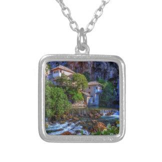 ブナの滝、ボスニアの小さい村Blagaj シルバープレートネックレス