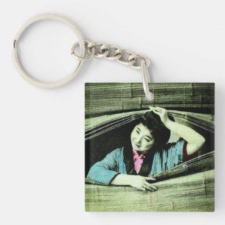 ブラインドを通ってかいま見ているヴィンテージの日本のな芸者 キーホルダー