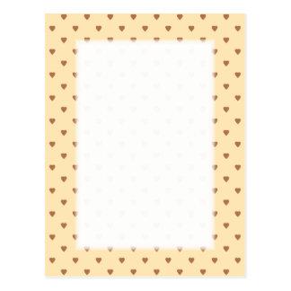 ブラウンおよび日焼け-ベージュハートパターン。 カスタム ポストカード