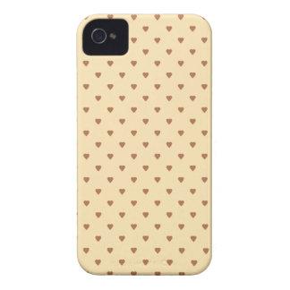 ブラウンおよび日焼け-ベージュハートパターン。 カスタム Case-Mate iPhone 4 ケース