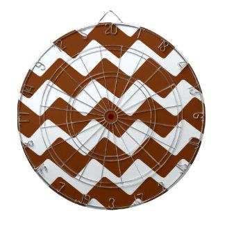 ブラウンおよび白い波状のシェブロン ダーツボード