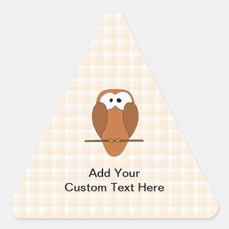 ブラウンのかわいいフクロウ、ベージュ点検の背景 三角形シール