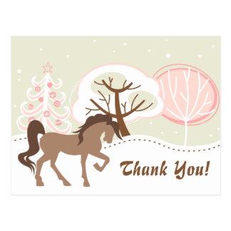 ブラウンのかわいらしい馬のSnowyのピンクの冬は感謝していしています ポストカード