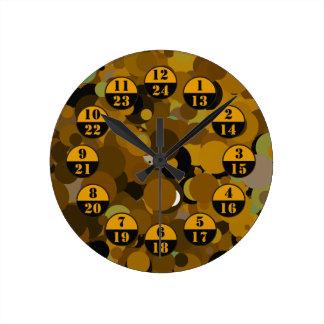ブラウンのカムフラージュの軍隊は時間を計ります ラウンド壁時計