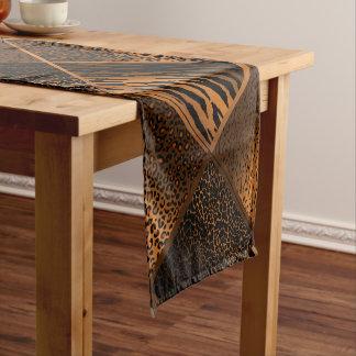 ブラウンのサファリの動物の幾何学的なパターン ショートテーブルランナー