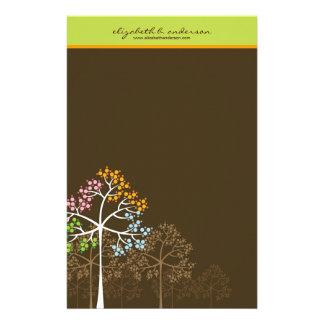 ブラウンのメッセージカードの文房具の4本の季節の木 便箋