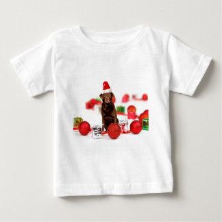 ブラウンのラブラドール犬のクリスマスwのギフトのサンタの帽子 ベビーTシャツ
