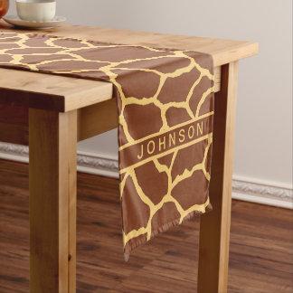ブラウンの名前入りな黄色いキリンの皮パターン ショートテーブルランナー