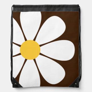 ブラウンの白く及び黄色のデイジーの花 ナップサック