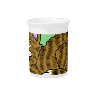 ブラウンの緑の背景が付いているストライプのな漫画の子猫 ピッチャー