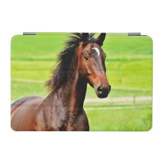 ブラウンの美しい馬の芝生 iPad MINIカバー