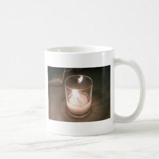 ブラウンの背景幕が付いている非常に熱い茶ライト蝋燭 コーヒーマグカップ