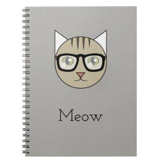ブラウンの虎猫の顔をガラス身に着けていることを用いるノート ノートブック