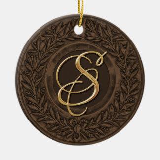 ブラウンの金ゴールドのモノグラムが付いている月桂樹のリース セラミックオーナメント