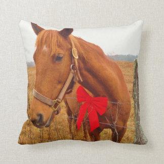 ブラウンの馬、クリスマスの赤い弓 クッション