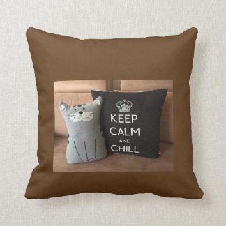 """ブラウンの""""平静および冷え""""の枕を保って下さい クッション"""