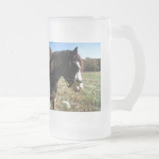 ブラウンの&White、色彩の鮮やかな馬、アン女王のレースの花 フロストグラスビールジョッキ