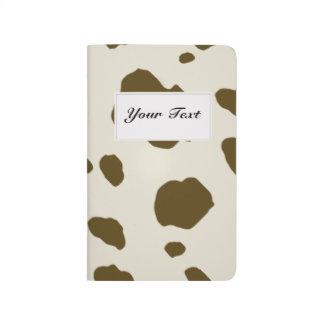 ブラウン動物の牛はあらゆる文字が付いている模造のな皮に斑点を付けます ポケットジャーナル