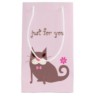 ブラウン猫およびピンクの花のギフトバッグ スモールペーパーバッグ