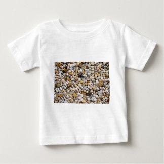 ブラウン、灰色および白の川の小石の石 ベビーTシャツ