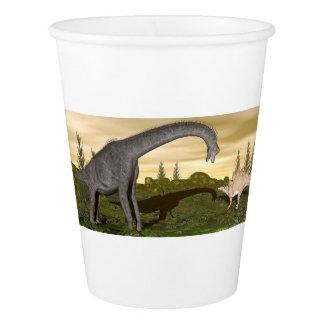ブラキオサウルスおよびステゴサウルスの恐竜3Dは描写します 紙コップ