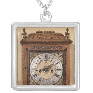 ブラケットの時計、c.1700 シルバープレートネックレス