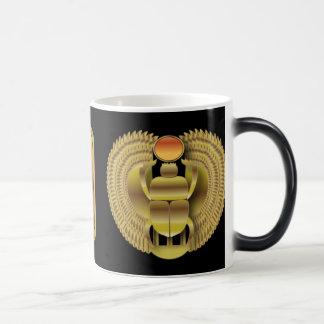 ブラシをかけられた金ゴールドのエジプトのハートのオオタマオシコガネ マジックマグカップ
