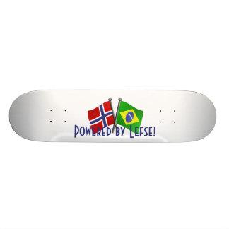 ブラジルおよびノルウェーの友情の旗が付いているスケートボード スケボー