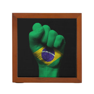 ブラジルの旗が付いている上げられたくいしばられた握りこぶし ペンスタンド