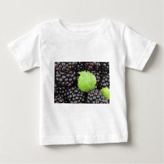 ブラックベリーの背景 ベビーTシャツ