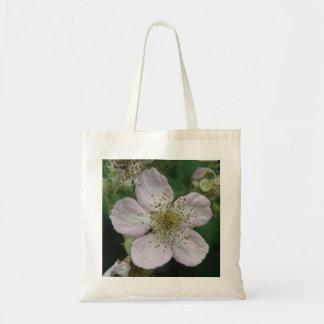 ブラックベリーの花のマクロトートバック トートバッグ