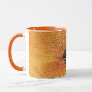 ブラックホールおよびspiderwebが付いているオレンジ自然な木 マグカップ