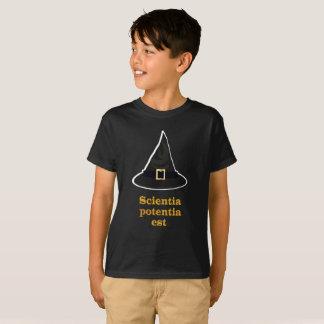ブラックマジックの帽子、金ゴールドのラテン系の引用文、知識 Tシャツ
