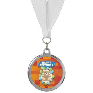 ブランデーグラスのイラストレーションのハッピーバースデーのテディ メダル