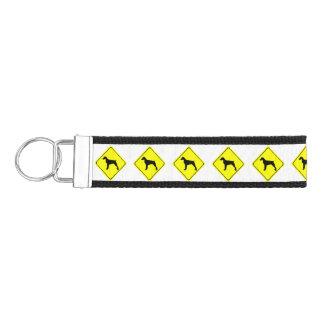 ブリッタニースパニエル犬の警告標識愛はシルエットの後をつけます リストバンドキーホルダー