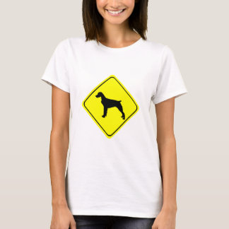 ブリッタニースパニエル犬の警告標識愛はシルエットの後をつけます Tシャツ