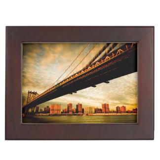 ブルックリンの側面(NYC)からのマンハッタン橋眺め ジュエリーボックス