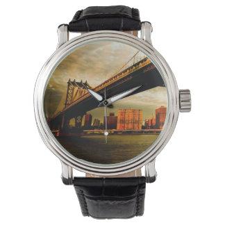 ブルックリンの側面(NYC)からのマンハッタン橋眺め 腕時計