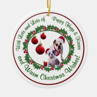 ブルドッグのクリスマスの抱擁およびキスのオーナメント セラミックオーナメント