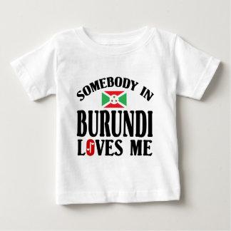 ブルンディの誰かは私を愛します ベビーTシャツ