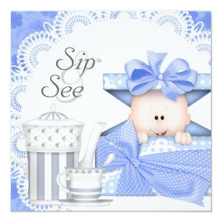 ブルーグレーの男の赤ちゃんの一口は招待状を見、 カード
