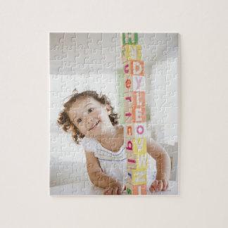 ブロックを積み重ねている混血の女の子 ジグソーパズル