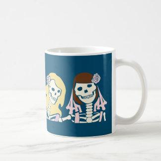 ブロンドおよびブルネットの女性の骨組カップル コーヒーマグカップ