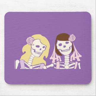 ブロンドおよびブルネットの女性の骨組カップル マウスパッド