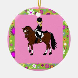 ブロンドの女の子の馬場馬術の馬のライダーの風刺漫画 セラミックオーナメント