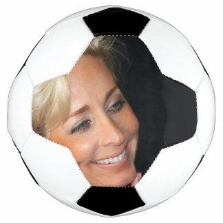 ブロンドの女性の微笑 サッカーボール